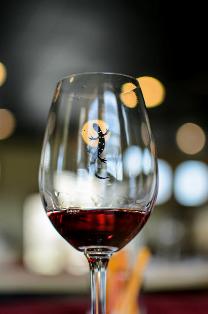 vinho-tinto-no-churrasco-grego