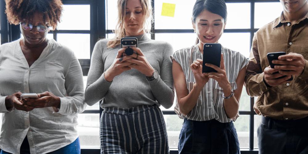 pessoas usando aplicativos no smartphone