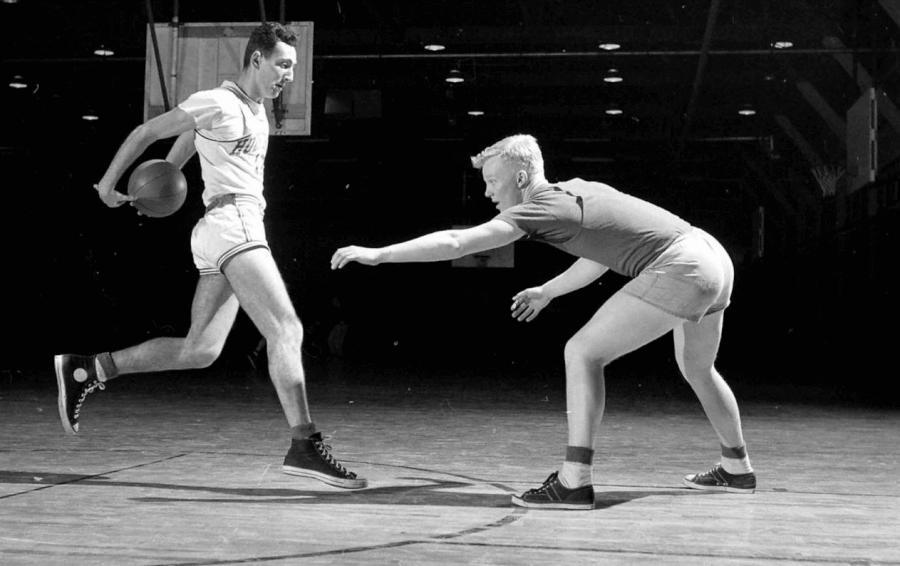 foto d'epoca di atleti con converse