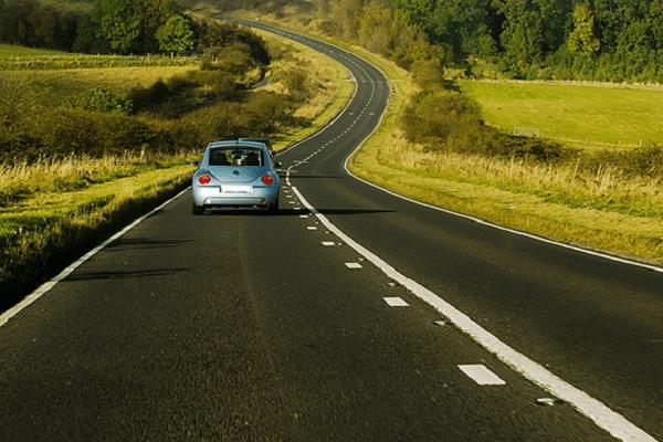 macchina su strada