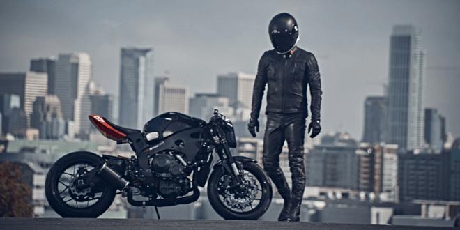 motociclista in città