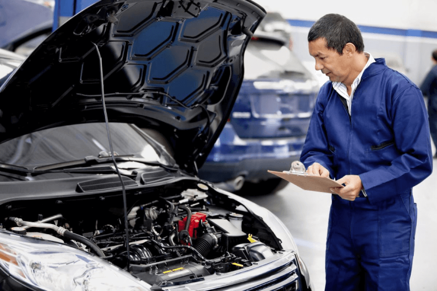 meccanico che controlla auto