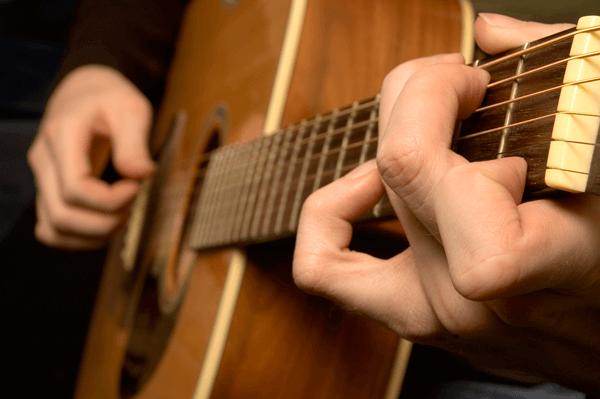 suonando chitarra
