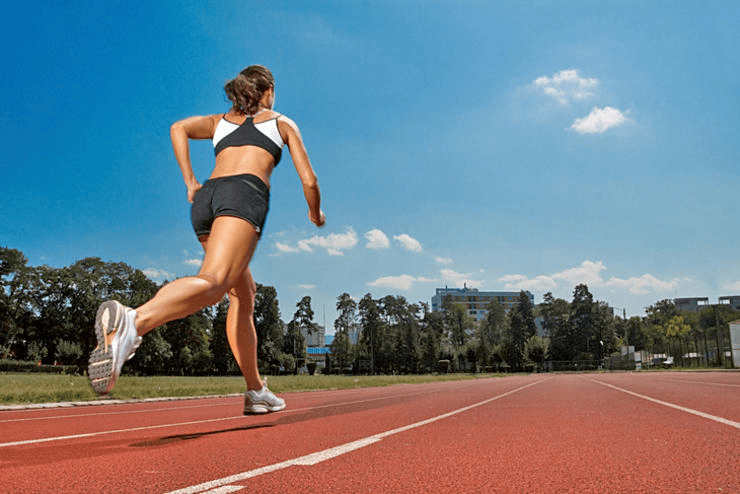 atleta con scarpe da corsa