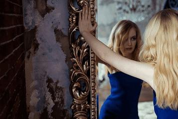 femeie în oglindă