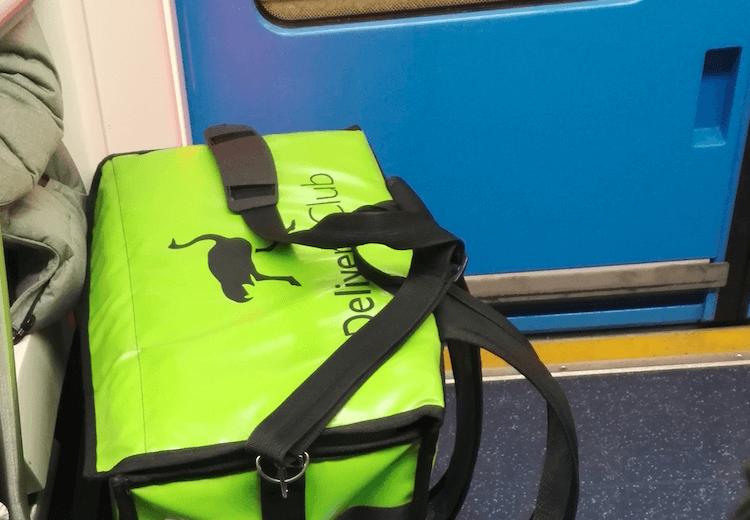 Сумка Delivery Club в метро