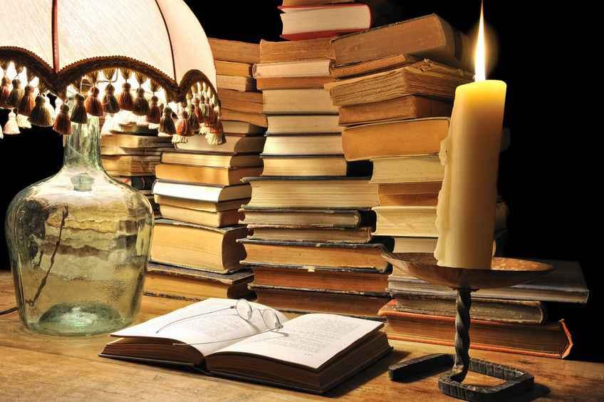 Чтение книг при свечах или лампе