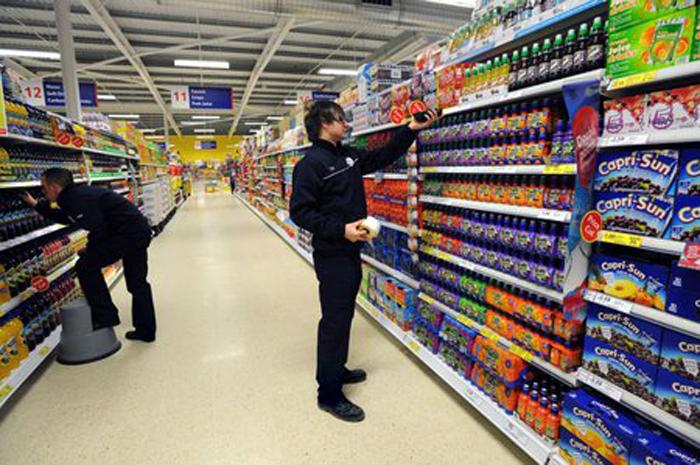 Tovar v regáloch je pravidelne dopĺňaný a ceny produktov kontrolované