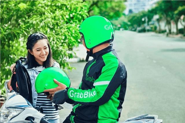 Khách hàng đặt xe qua ứng dụng Grab